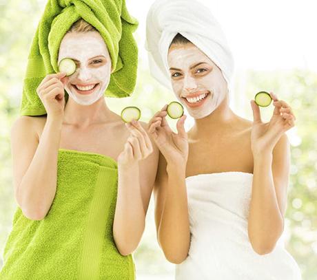 2 personnes utilisant des masques cosmétiques
