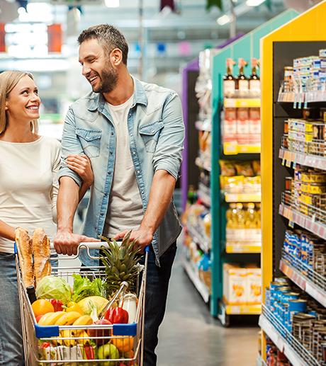 2 personnes dans un magasin remplissant un chariot de supermarché