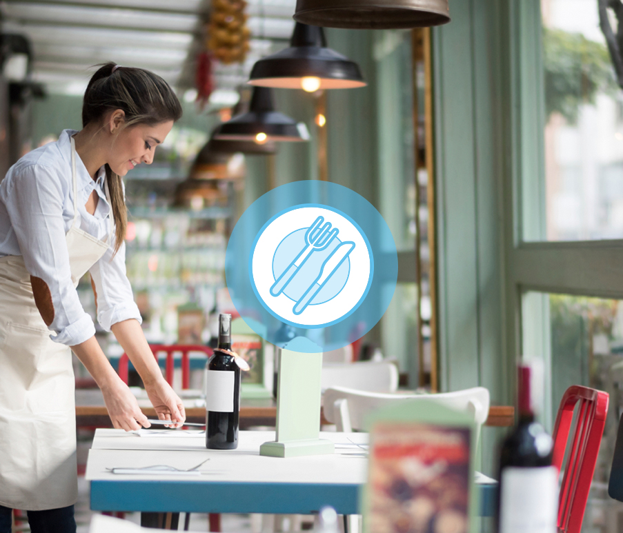 Personne préparant une table dans un restaurant