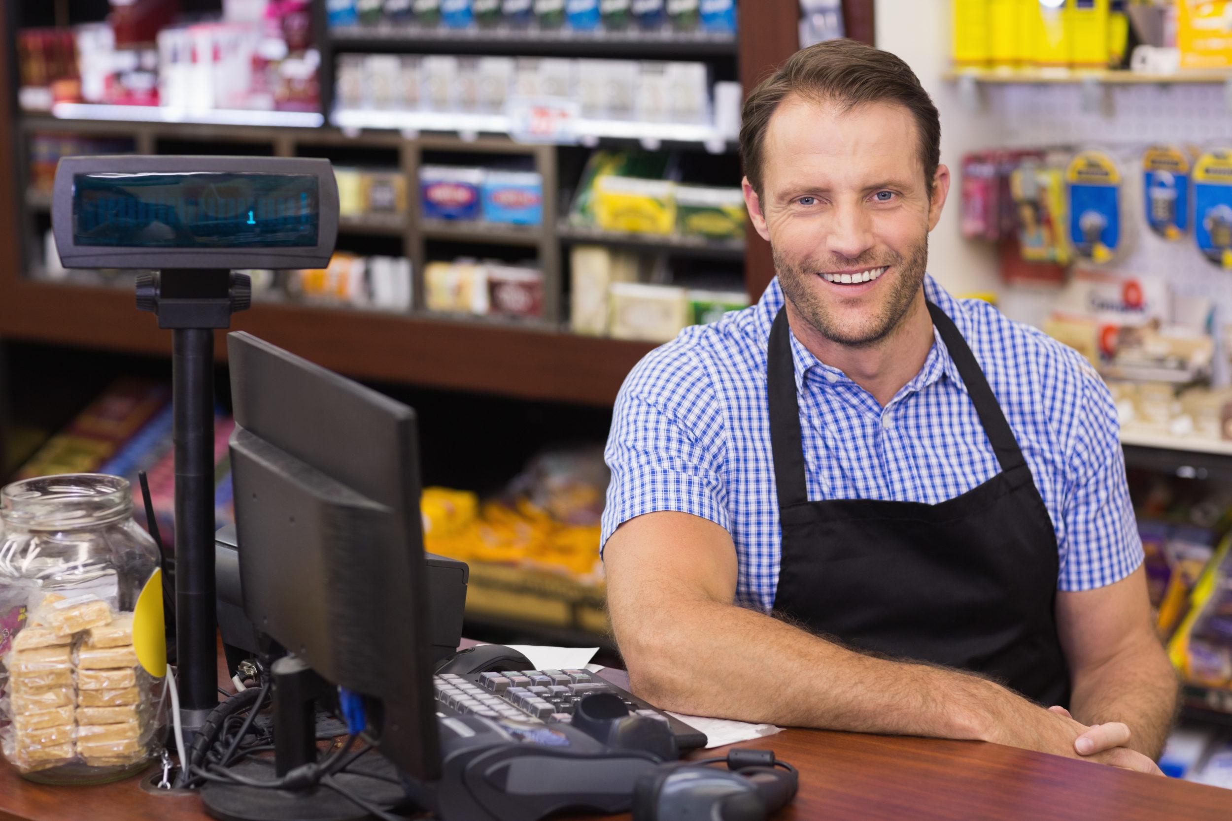 Portrait d'un caissier dans un supermarché
