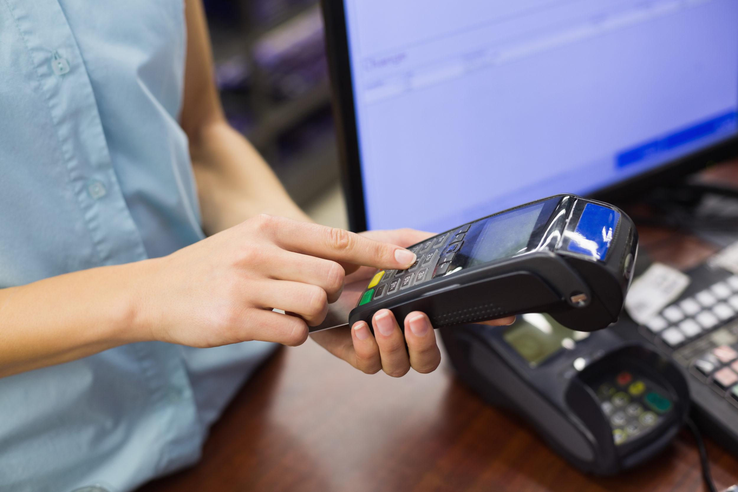 Femme effectuant un achat avec une carte de crédit