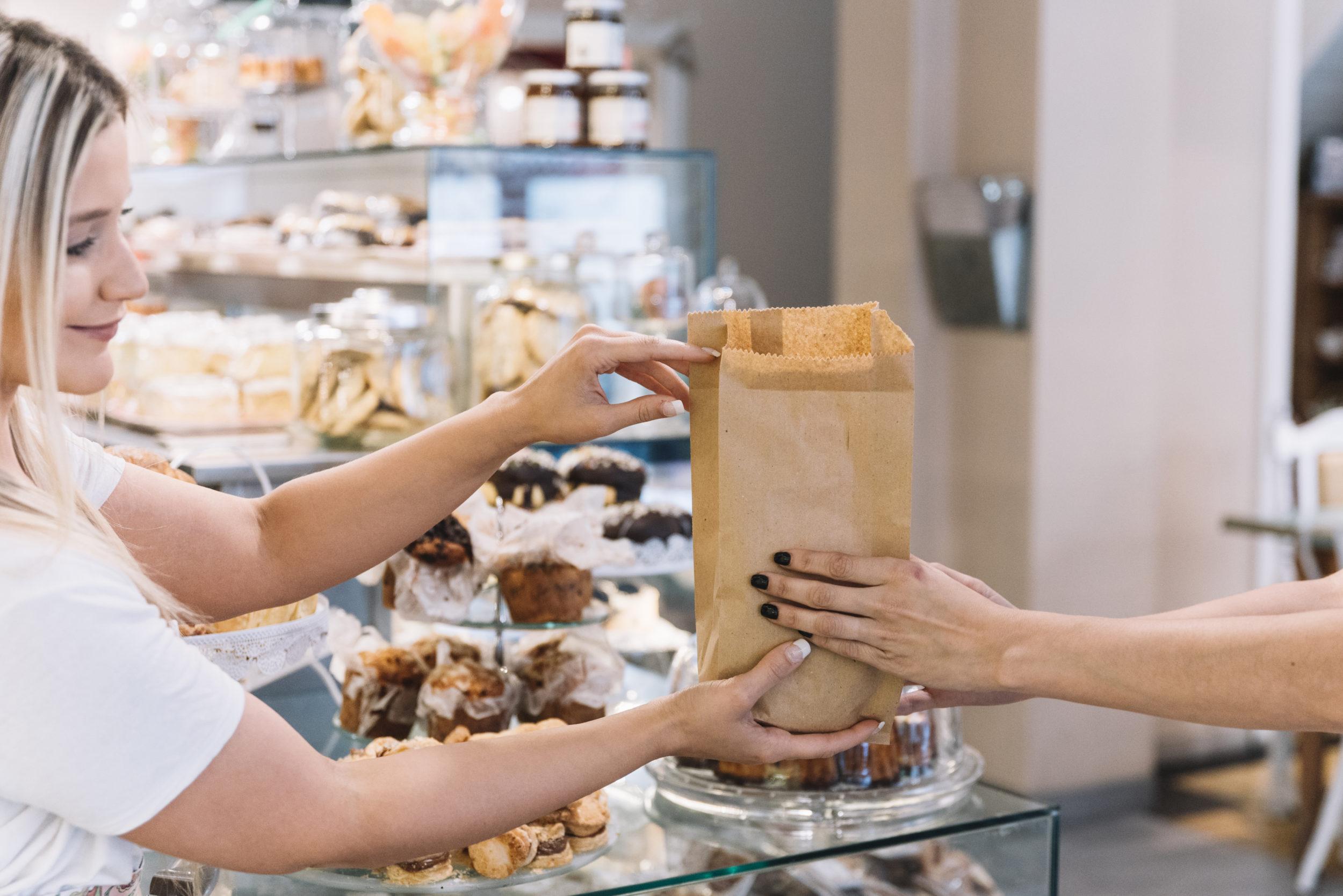 Personne effectuant un achat dans une boulangerie pâtisserie