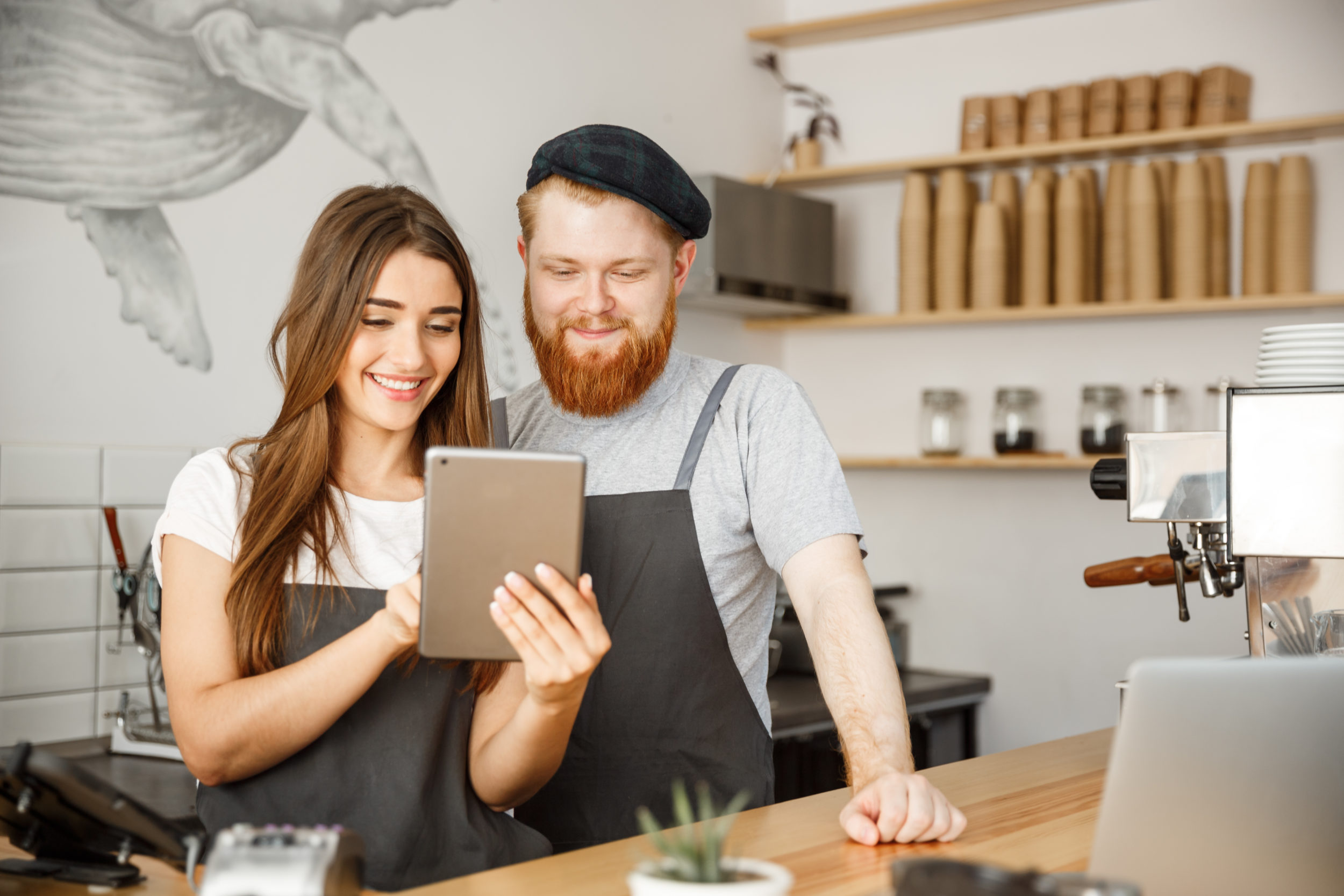 2 personne travaillant dans un café examinant une tablette