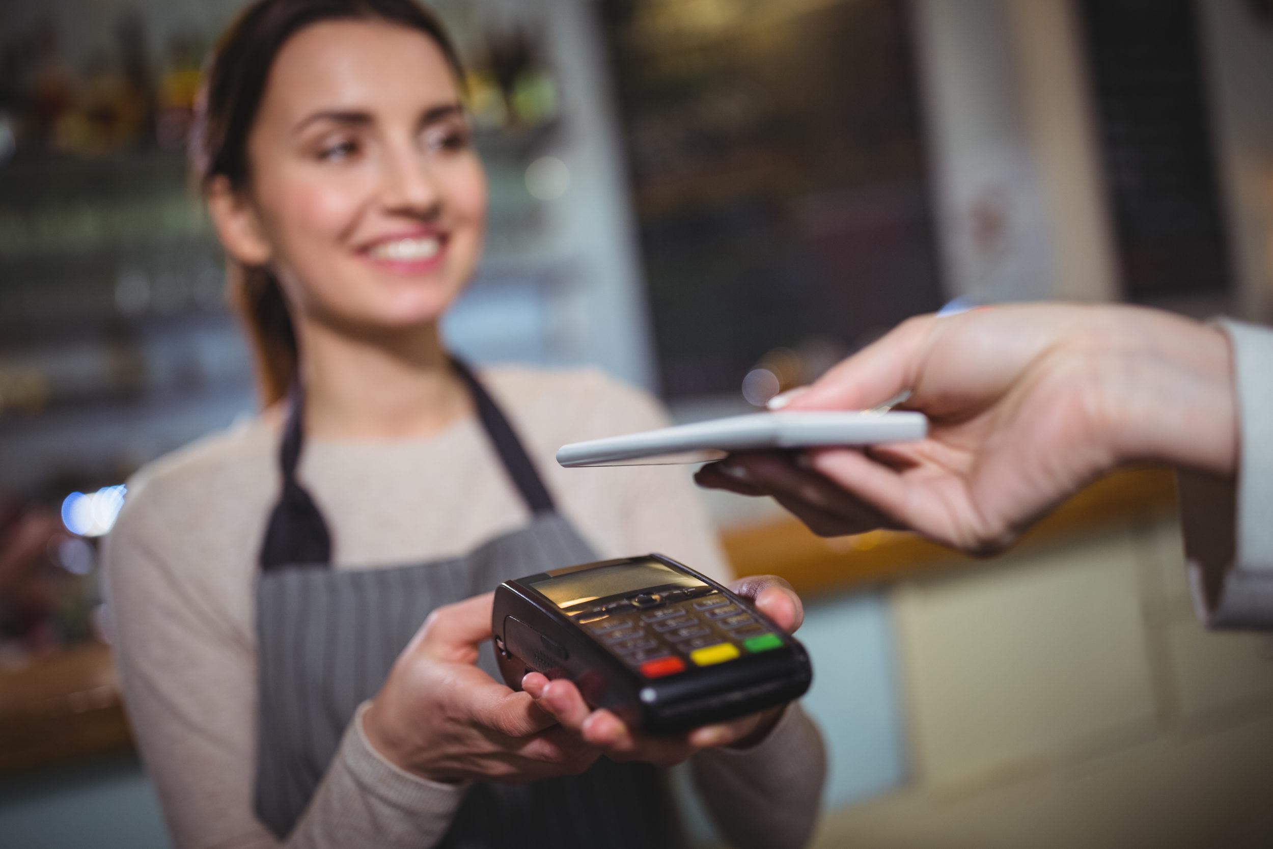 Personne effectuant un paiement à l'aide de son téléphone