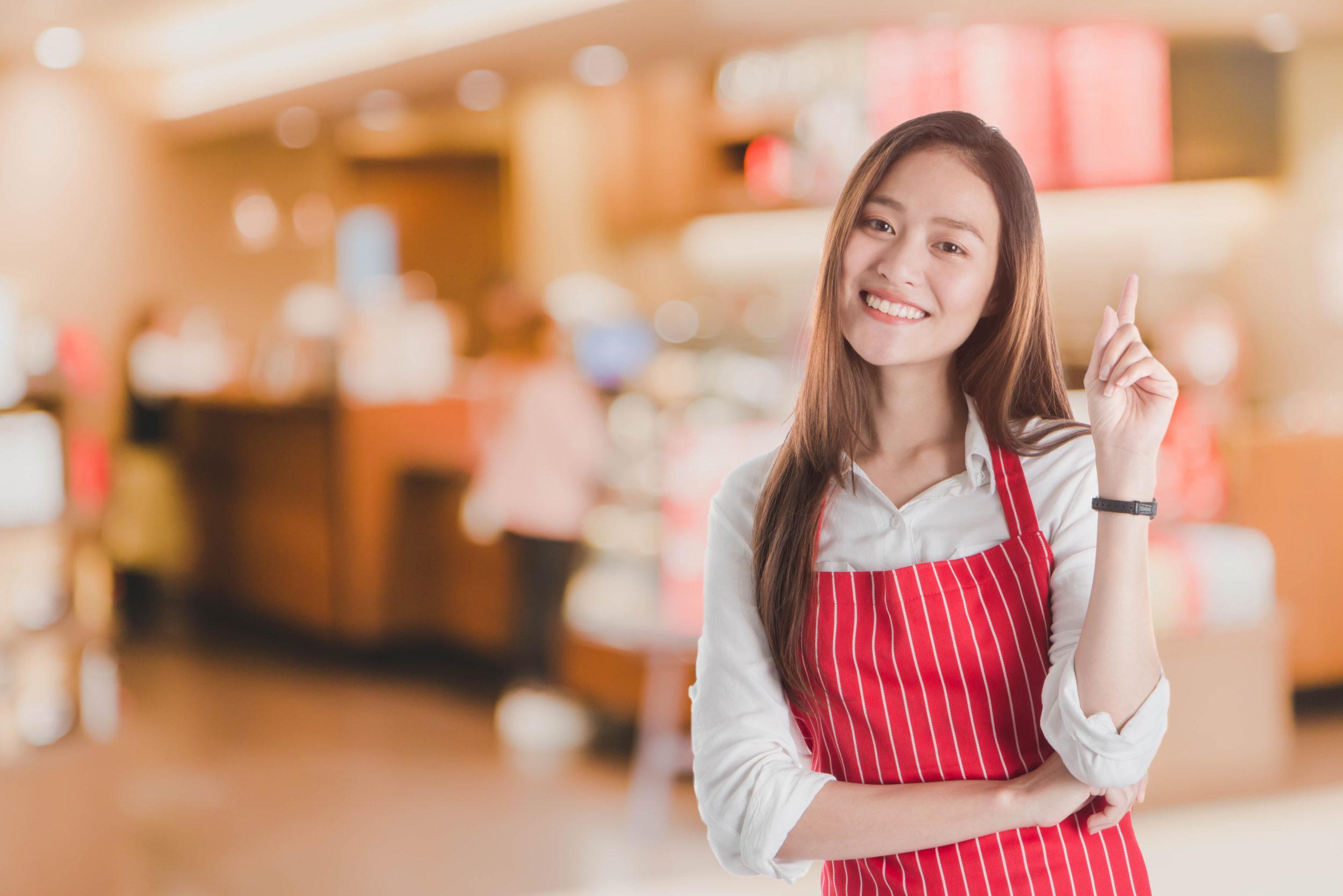 Jeune femme travaillant dans un restaurant de restauration rapide
