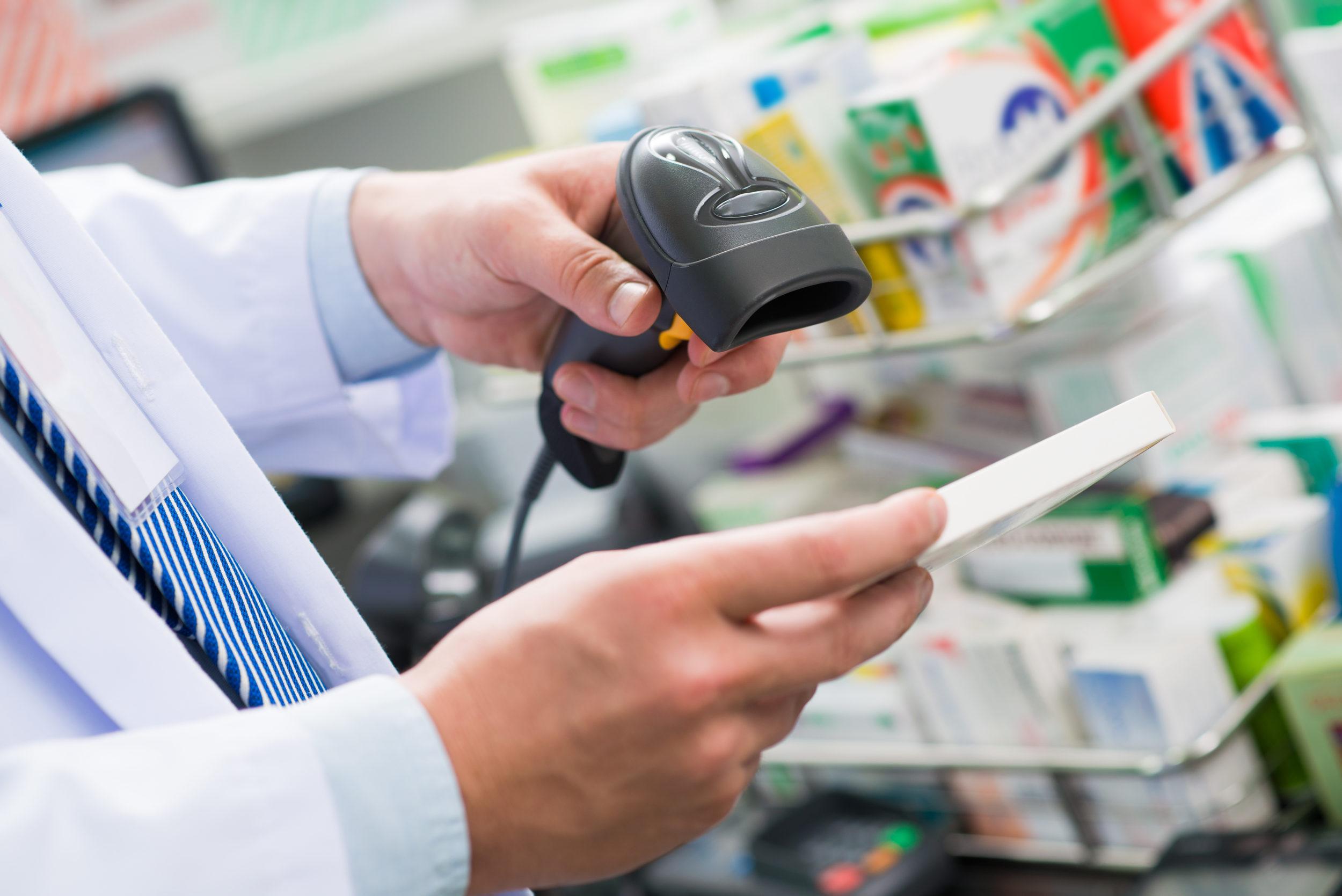 Pharmacien scannant un code barre
