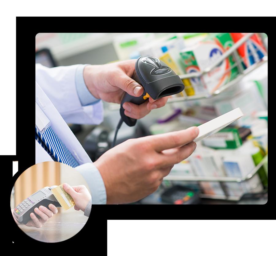 Personne scannant une boite de médicament et terminal de paiement